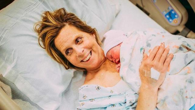 Hy hữu: Người mẹ 61 tuổi ở Mỹ mang thai hộ con trai
