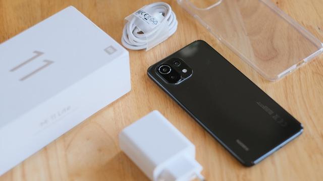 Trên tay Xiaomi Mi 11 Lite: Smartphone mỏng nhẹ và đáng mua nhất phân khúc dưới 7 triệu đồng
