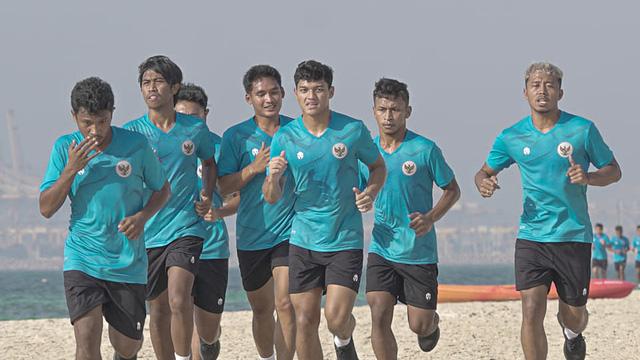 """Đến UAE, đối thủ của tuyển Việt Nam cho cầu thủ chơi đùa trên bãi biển và """"ra lệnh"""" ăn... hết công suất"""