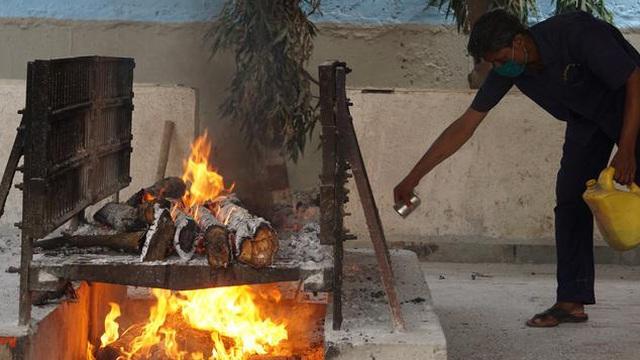 Nhân viên đốt xác - những người khốn khổ giữa đại dịch COVID-19 tại Ấn Độ