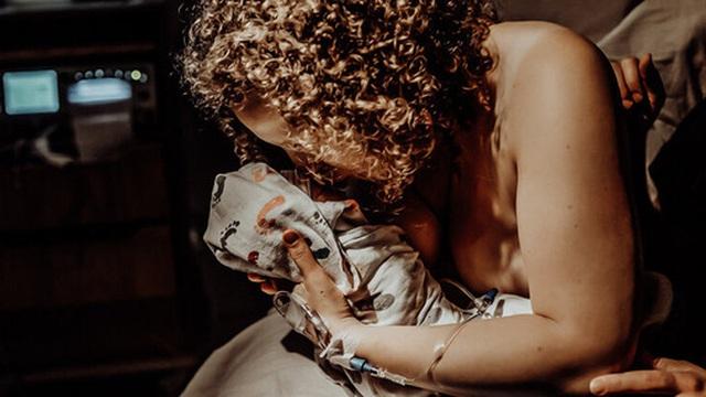 Thai nhi 38 tuần chết lưu trong bụng, bà mẹ nén nỗi đau chụp lại bộ ảnh lâm bồn rồi bế trên tay đứa con đã ngưng thở khiến ai cũng nghẹn ngào
