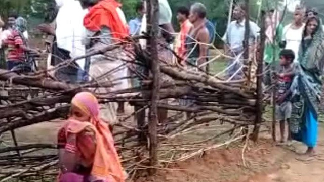 """Ấn Độ: Một gia đình đắp phân bò lên thi thể người bị sét đánh chết với hy vọng """"hồi sinh"""""""