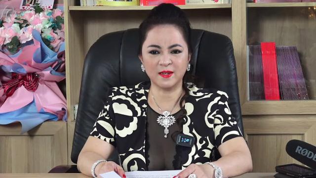 Trong livestream kỷ lục, bà Phương Hằng liên tục đưa ra một câu hỏi khiến người nghe thích thú