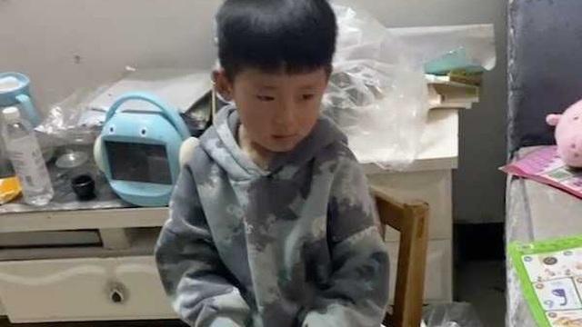 Thấy bố mua tận 9 đôi giày nhưng không mua cho mình đôi nào, cậu bé 5 tuổi lập tức phản ứng khiến gia đình dở khóc dở cười