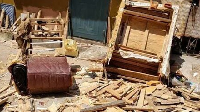 Ngày quốc tế lao động lại đi phá sofa cũ, người đàn ông kinh ngạc với thứ tìm thấy bên trong