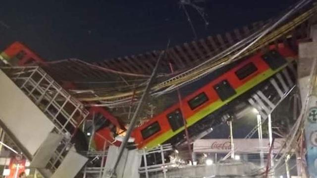 Tàu hoả treo lơ lửng và gãy làm đôi, gần 100 người thương vong
