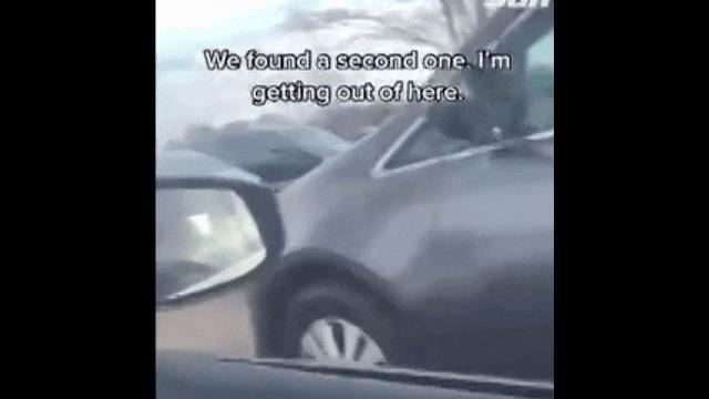 Thấy sợi dây màu đỏ buộc vào cửa xe, người phụ nữ nhận ra điều hãi hùng