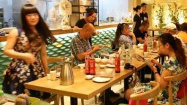 Đang ăn hải sản thì phát hiện trong miệng có sạn, nhả ra nhìn, hai cô gái nhanh chóng thanh toán rồi lập tức ra khỏi nhà hàng