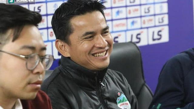 Kiatisuk nhận vinh dự đặc biệt từ FIFA, không danh thủ Việt Nam nào sánh bằng