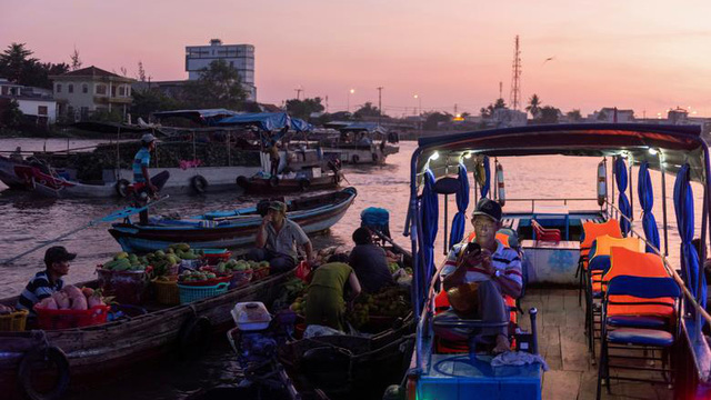 24h qua ảnh: Mọi người buôn bán tại chợ nổi Cái Răng