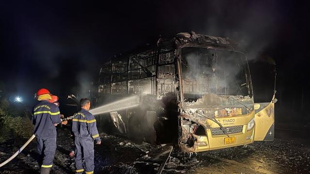 Xe khách giường nằm cháy trơ khung khi đang lưu thông trên đường Hồ Chí Minh