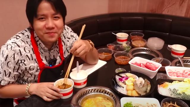 """Khoa Pug review ăn lẩu Haidilao trong mùa dịch tại Mỹ, hé lộ loạt điểm khác biệt so với Việt Nam: Nhiều người sẽ rất """"khó chịu"""" ở điểm này"""