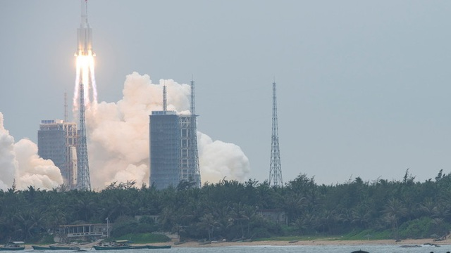 [VIDEO] Người dân nhiều nước hào hứng ghi lại cảnh tên lửa Trường Chinh 5B bay qua bầu trời như sao băng
