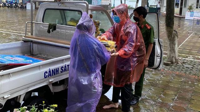 Hà Nội: Kịp thời tặng 100 bộ đồng phục cho thí sinh ướt sạch vì mưa lớn đúng giờ thi lớp 10
