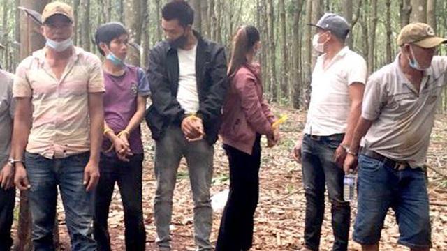 Trinh sát hóa thân thành công nhân, phục kích trong rừng cao su để bắt nhóm đánh bạc