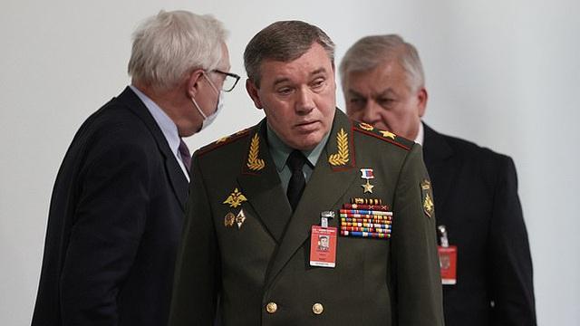 """Đại tướng Nga """"kè kè"""" hộ tống TT Putin gặp mặt ông Biden: Bất thường hay bình thường?"""