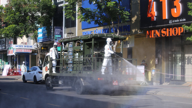 Tin dịch Covid-19 ở Đà Nẵng: Binh chủng hoá học phun khử khuẩn tại nhiều điểm nóng