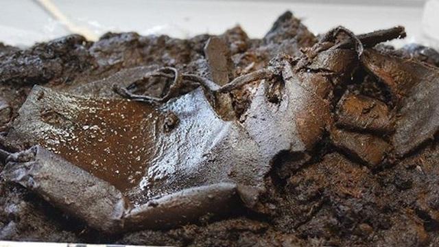 Đào được chiếc giày da bị vùi dưới đầm lầy 2000 năm vẫn còn nguyên vẹn