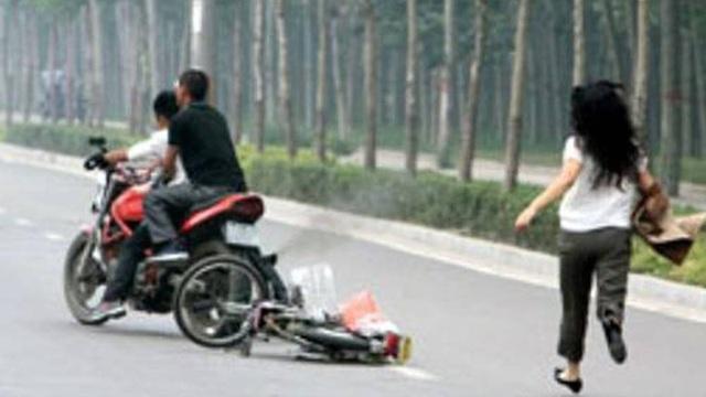 Táo tợn hai gã trai chích điện cô gái, đạp ngã xe máy để cướp lúc rạng sáng