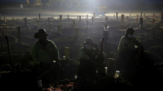 24h qua ảnh: Công nhân đào mộ làm việc trong đêm ở Indonesia