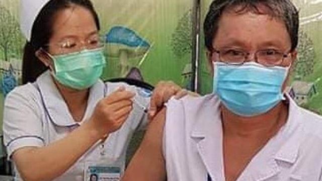 BS Trương Hữu Khanh: Nhiều người sợ chích vaccine, tôi bị dị ứng, tăng huyết áp vẫn tiêm đầu tiên