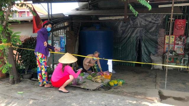 Nở rộ chợ 'du kích', cửa hàng 'chui' khi TP.HCM giãn cách