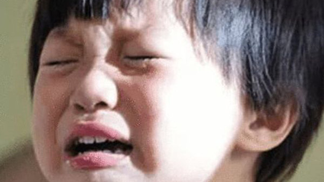 Cháu trai 4 tuổi có thói quen trùm kín đầu lúc ngủ, bà nội khóc ngất khi biết nguyên nhân từ mẹ kế