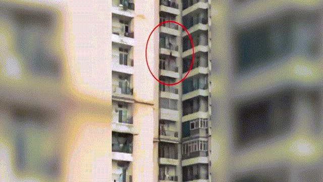 Video: Rợn người cảnh người phụ nữ rơi từ ban công tầng 9