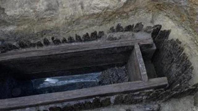 Ngôi mộ tồn tàn 4 mét vuông nhưng sở hữu 2 món đồ ngang vua chúa: Danh tính chủ mộ nằm ngoài sức tưởng tượng!