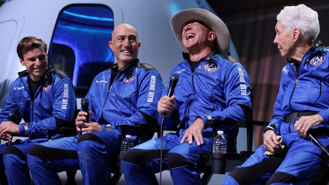 Đốt 5,5 tỷ USD cho 11 phút bay vào không gian, Jeff Bezos gây phẫn nộ khi cảm ơn nhân viên, khách hàng Amazon vì đã 'trả tiền cho chuyến bay này'
