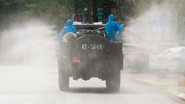 Hà Nội: Bộ tư lệnh Thủ đô dùng xe chuyên dụng, phun khử khuẩn toàn bộ thị trấn Quốc Oai