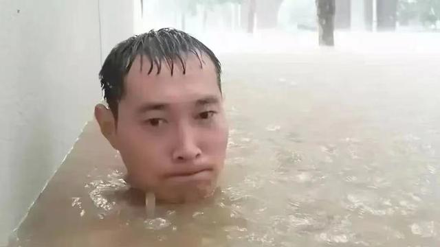 Giữa mưa lũ, đăng 1 bức ảnh kèm dòng trạng thái gây xôn xao, chàng trai Trung Quốc bất ngờ nổi tiếng rần rần