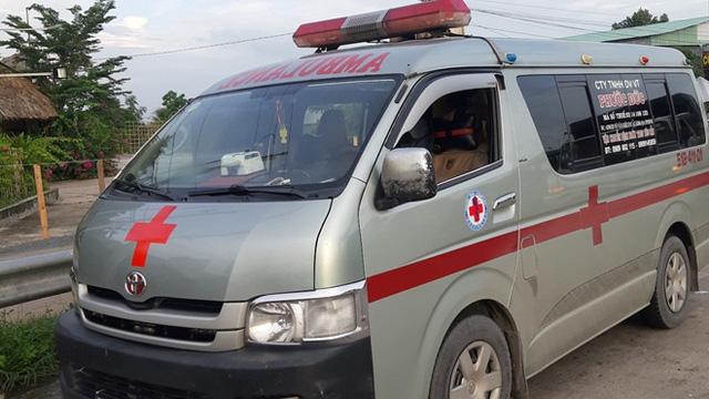 """Xe cứu thương chở người không phải bệnh nhân định """"thông chốt kiểm dịch"""""""