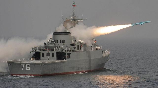 """Tàu chiến Iran khiến Mỹ-Anh """"chết điếng người"""" bỗng xuất hiện tại sự kiện trọng đại ở Nga"""