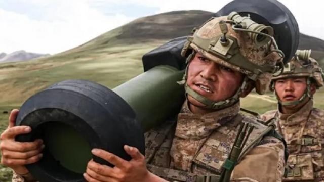 Tên lửa chống tăng vác vai Trung Quốc giống hệt vũ khí Mỹ lần đầu tiên lộ diện