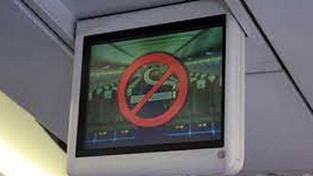 Tại sao trên máy bay cấm hút thuốc lá nhưng vẫn trang bị gạt tàn?