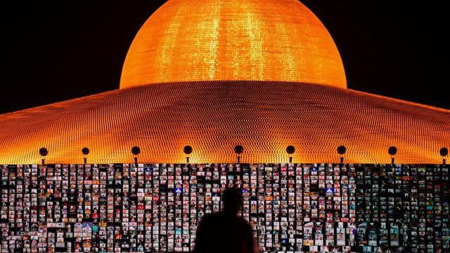 24h qua ảnh: Phật tử ở Thái Lan cầu nguyện qua màn hình trong lễ Phật đản thời Covid