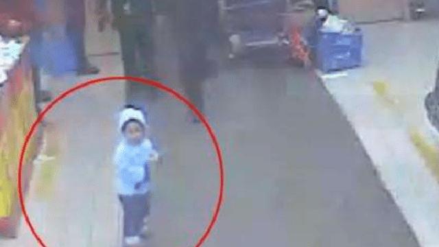 Bé 5 tuổi bị kẻ buôn người bắt cóc, hét lớn một câu liền cứu thoát chính mình