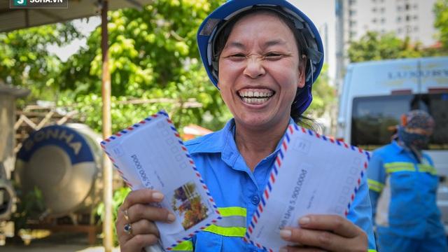 """Trao quà tặng 47 công nhân thu gom rác bị nợ lương ở Hà Nội: 'Sướng quá! Hôm nay nhà tôi sẽ có một bữa cơm có thịt rồi!"""""""