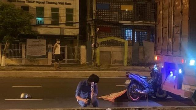 Xe máy dính chặt đuôi container, người đàn ông chết thảm