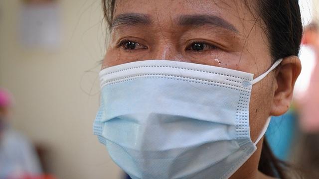 """Nữ công nhân môi trường bị nợ lương xúc động khi nhận hỗ trợ: Có người coi thường gọi """"con rác ơi!"""""""