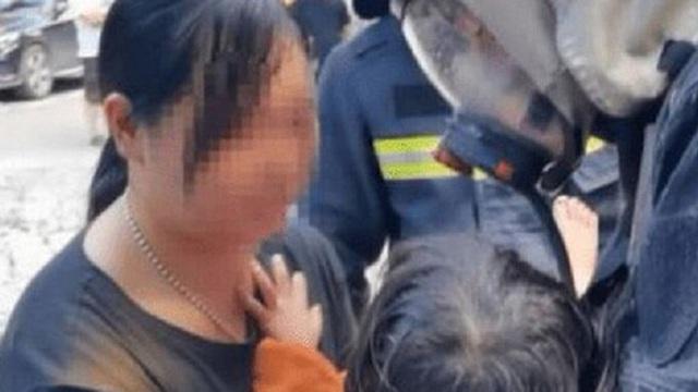 """Tòa nhà có cháy, bà mẹ nhanh nhẹn ôm con trai chạy thoát thân an toàn, không ngờ lại bị dư luận """"ném đá"""" kịch liệt vì một hành vi khó hiểu"""