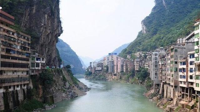 Khung cảnh như trong phim viễn tưởng của thành phố hẹp nhất thế giới