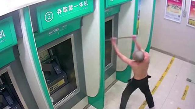 Người đàn ông phá hoại nhiều cây ATM vì chán nản và mất ngủ