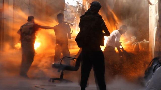 Kinh hoàng cảnh thi thể chồng chất, bốc cháy ngùn ngụt ở chiến trường miền nam Syria!