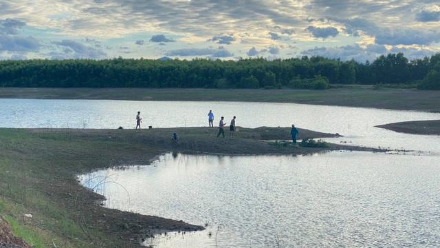 Phát hiện thai phụ tử vong dưới hồ