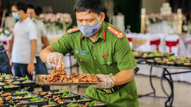 Công an Thừa Thiên Huế nấu hàng nghìn suất cơm gửi tặng người dân ở khu cách ly