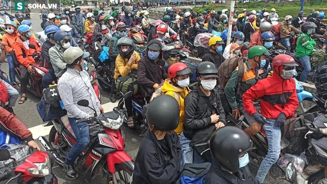 Hàng trăm người lỉnh kỉnh đồ đạc, đi xe máy rời Tp. HCM, cửa ngõ phía Đông tắc nghẽn