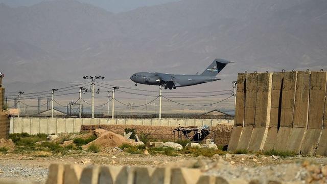 """NÓNG: Sân bay quân sự lớn nhất, """"đầu não"""" Mỹ-NATO một thời ở Afghanistan chính thức sụp đổ"""