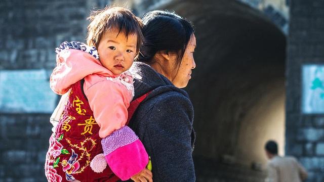 Gặp lại sau bao nhiêu năm xa cách, cô gái sững sờ khi biết lý do mẹ ruột cho cô đi làm con nuôi